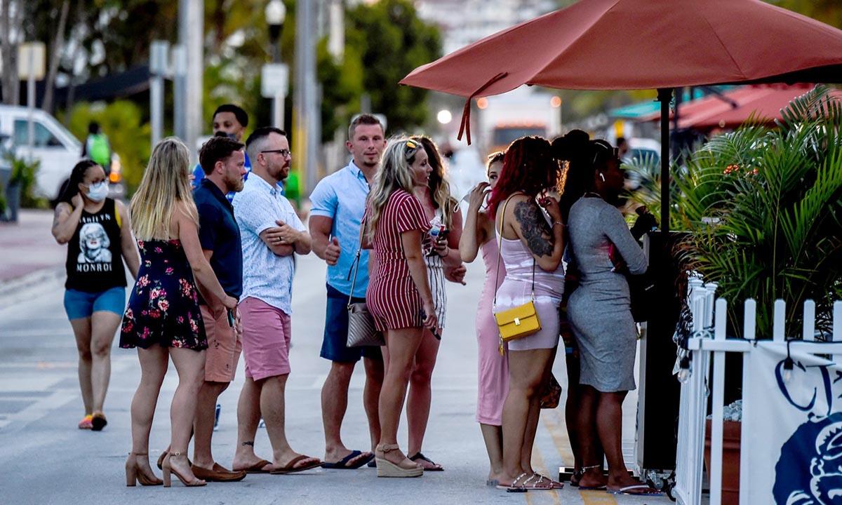 Nhiều người Mỹ không đeo khẩu trang ở Miami Beach, bang Florida hồi tháng 6. Ảnh: AFP.
