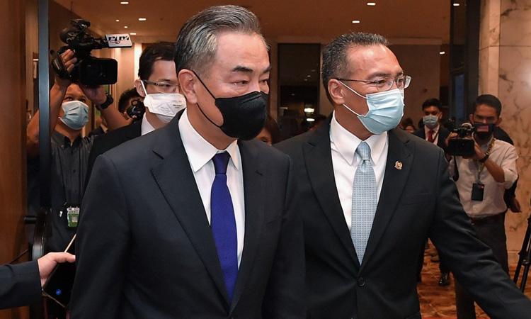 Ngoại trưởng Malaysia Hishammuddin Hussein (phải) đón tiếp Ngoại trưởng Trung Quốc Vương Nghị tại Kuala Lumpur hôm nay. Ảnh: Bernama.