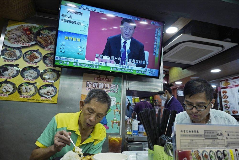 Tivi trong một nhà hàng ở Hong Kong đưa tin về bài phát biểu kỷ niệm 40 năm ngày thành lập đặc khu kinh tế Thâm Quyến của Chủ tịch Trung Quốc Tập Cận Bình hôm 14/10. Ảnh: AP