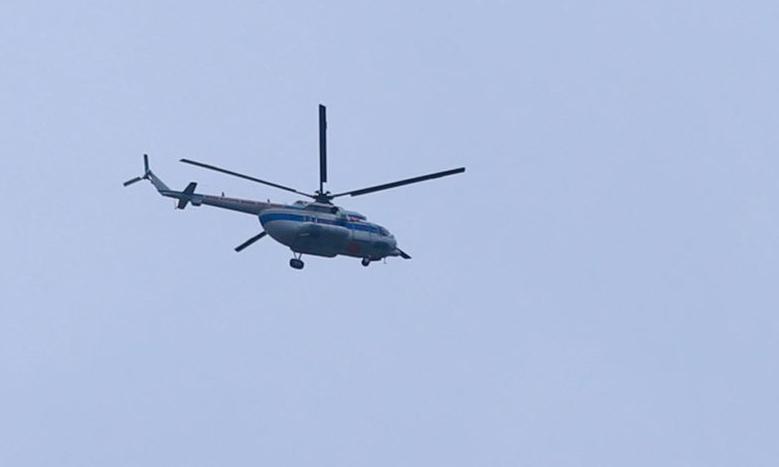 Trực thăng trên bầu trời xã Phong Xuân, lúc 9h30 sáng 14/10. Ảnh: Võ Thạnh