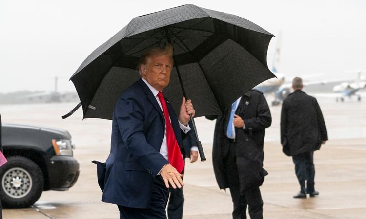 Tổng thống Mỹ Donald Trump không đeo khẩu trang khi chuẩn bị lên Không lực Một di chuyển tới Florida hôm 12/10. Ảnh: New York Times.