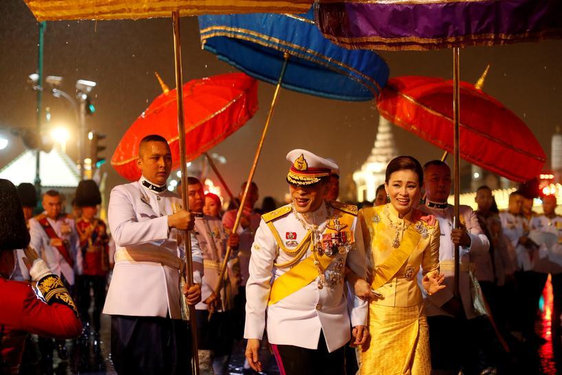 Nhà vua Maha Vajiralongkorn và Hoàng hậu Suthida thăm người ủng hộ dưới mưa ở bên ngoài hoàng cung tối 13/10. Ảnh: Reuters.