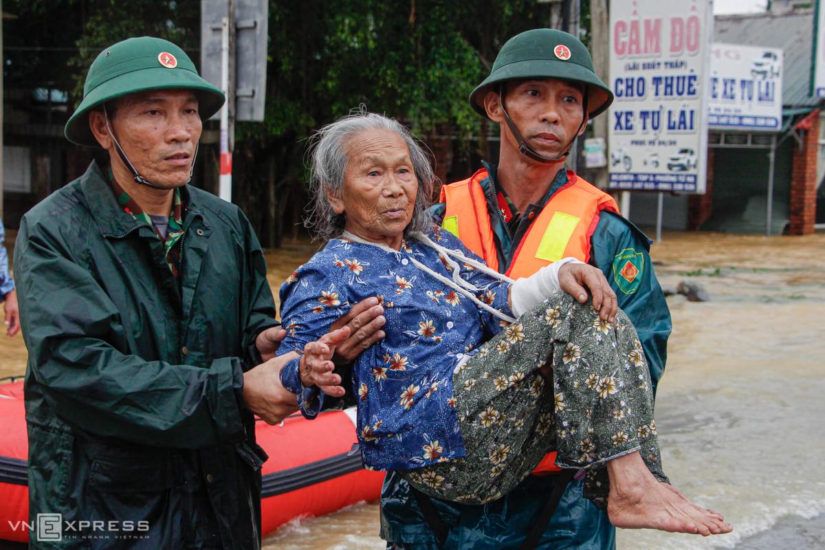 Sau hơn 30 phút vượt lũ, các chiến sĩ Ban chỉ huy quân sự thị xã Hương Trà cũng đưa được bà Liền và hai người con lên Quốc lộ 1A. Bà Liền được một người lính bế lên xe đang chờ sẵn