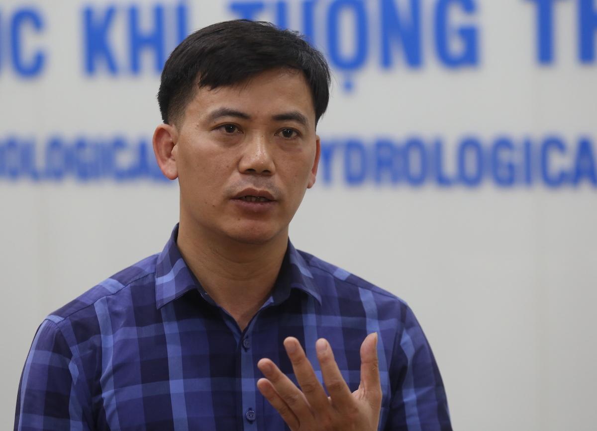 Ông Nguyễn Văn Hưởng lý giải nguyên nhân mưa miền Trung. Ảnh: Gia Chính