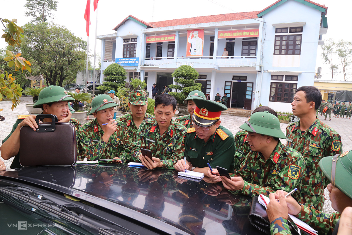 Bộ đội bàn phương án thiết lập đường dây thông tin từ Thuỷ điện Rào Trăng 3 về Sở chỉ huy tiền phương Phong Xuân. Ảnh: Hoàng Táo