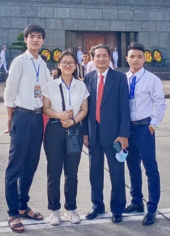 Kim Phụng (thứ hai từ trái sang) lần đầu đi thăm Lăng Chủ tịch Hồ Chí Minh, tháng 10/2020. Ảnh: Nhân vật cung cấp