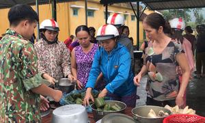 Hàng trăm người tiếp tế thực phẩm cứu nạn ở Rào Trăng 3