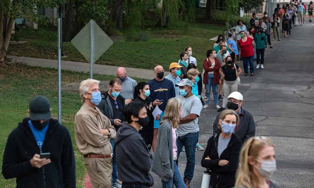 Hàng người xếp dài chờ bỏ phiếu sớm tại Austin, bang Texas hôm 13/10. Ảnh: NYTimes.