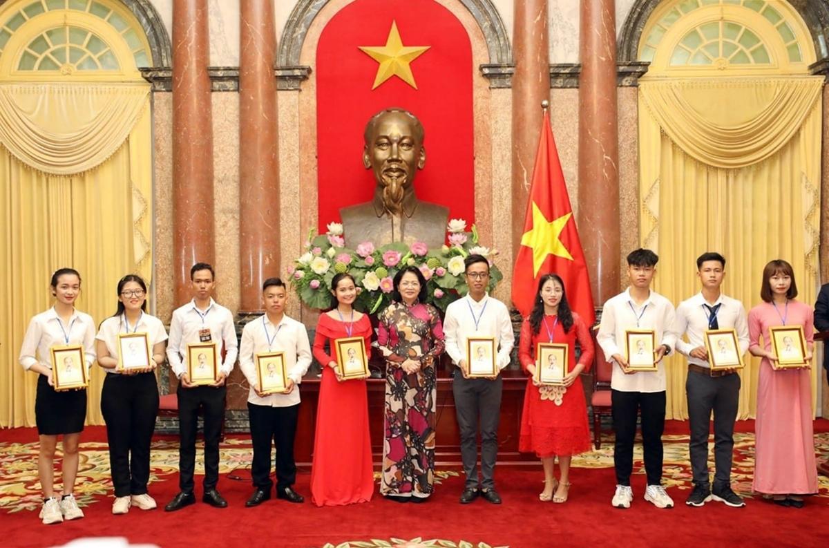 Kim Phụng (thứ hai từ trái sang) cùng các học sinh, sinh viên tiêu biểu nhận quà từ Phó chủ tịch nước Đặng Thị Ngọc Thịnh, tháng 10/2020. Ảnh: Tổng cục Giáo dục nghề nghiệp