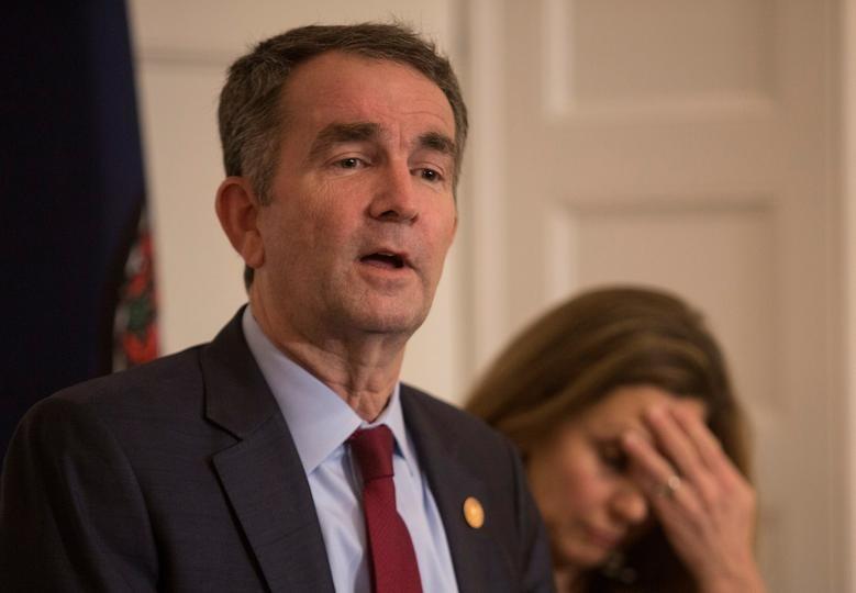 Thống đốc Virginia Ralph Northam đứng cạnh vợ trong một cuộc họp báo ở Richmond, bang Virginia, hôm 2/2/2019. Ảnh: Reuters.