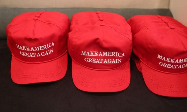 Những chiếc mũ ghi câu khẩu hiệu Khiến nước Mỹ vĩ đại trở lại của Tổng thống Donald Trump. Ảnh: Reuters.