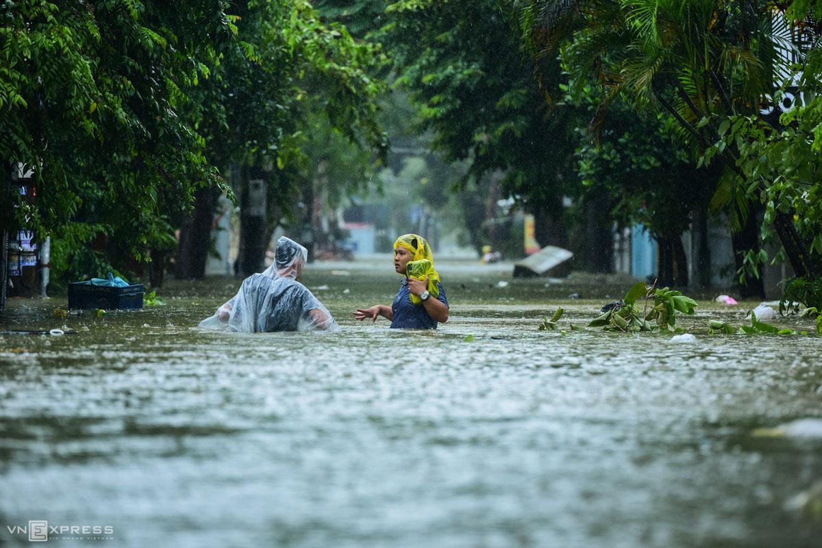 Chiều 13/10, đường Lê Thánh Tôn, TP Huế, nước ngập 60 cm. Ảnh: Giang Huy.