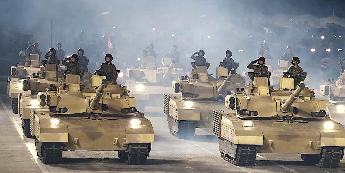 Xe tăng mới của Triều Tiên tiến qua lễ đài rạng sáng 10/10. Ảnh: KCTV.