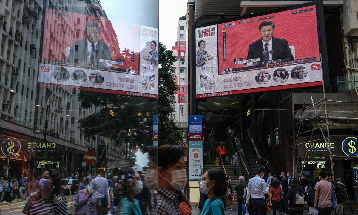 Màn hình lớn ở Hong Kong phát sóng trực tiếp bài phát biểu của ông Tập tại Thâm Quyến hôm 13/10. Ảnh: Bloomberg.