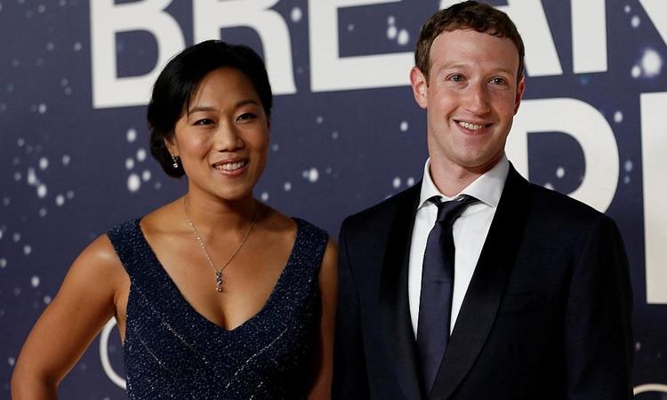 Ông chủ Facebook Mark Zuckerberg và vợ Priscilla Chan tại một sự kiện ở California năm 2014. Ảnh: Reuters.