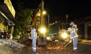 Xuyên đêm sửa đường vào bãi rác Nam Sơn