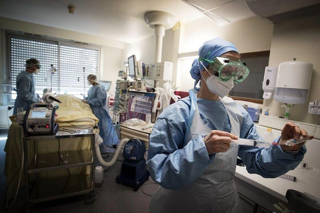 Nhân viên y tế chăm sóc bệnh nhân Covid-19 ở Paris hồi tháng 4. Ảnh: AFP.