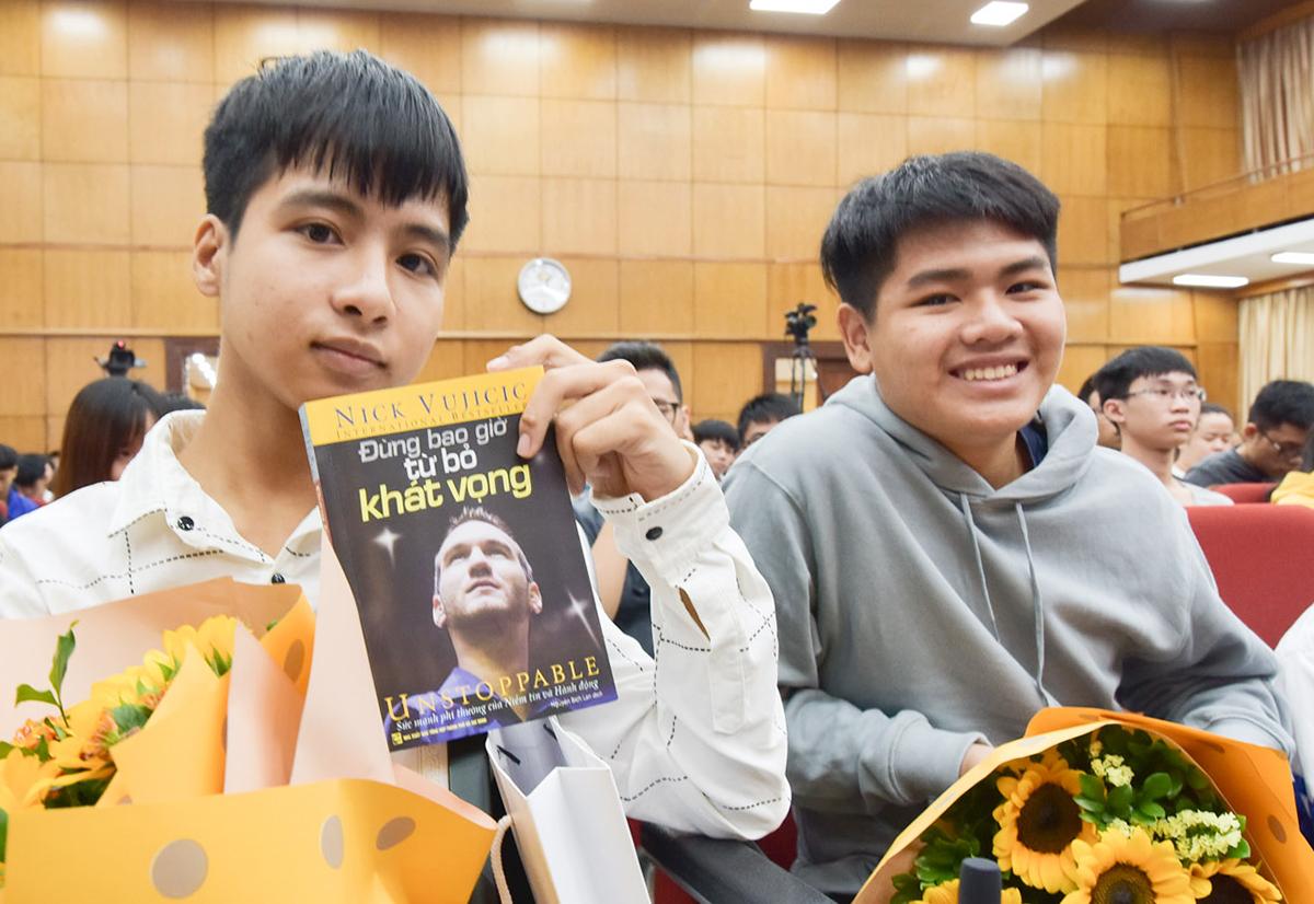 Minh (trái) và Hiếu trong lễ khai giảng của Đại học Bách khoa Hà Nội sáng 15/10. Ảnh: HUST.