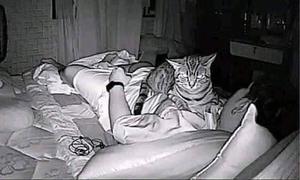 Camera ghi lại cảnh thanh niên bị bóng đè
