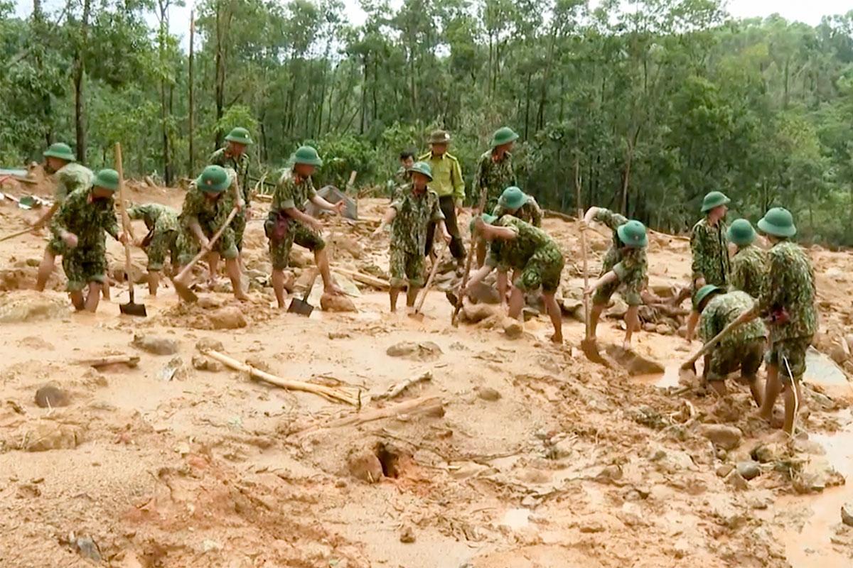 Lực lượng quân đội tìm kiếm các nạn nhân tại hiện trường sạt lở khiến 13 người mất tích. Ảnh: CTV.
