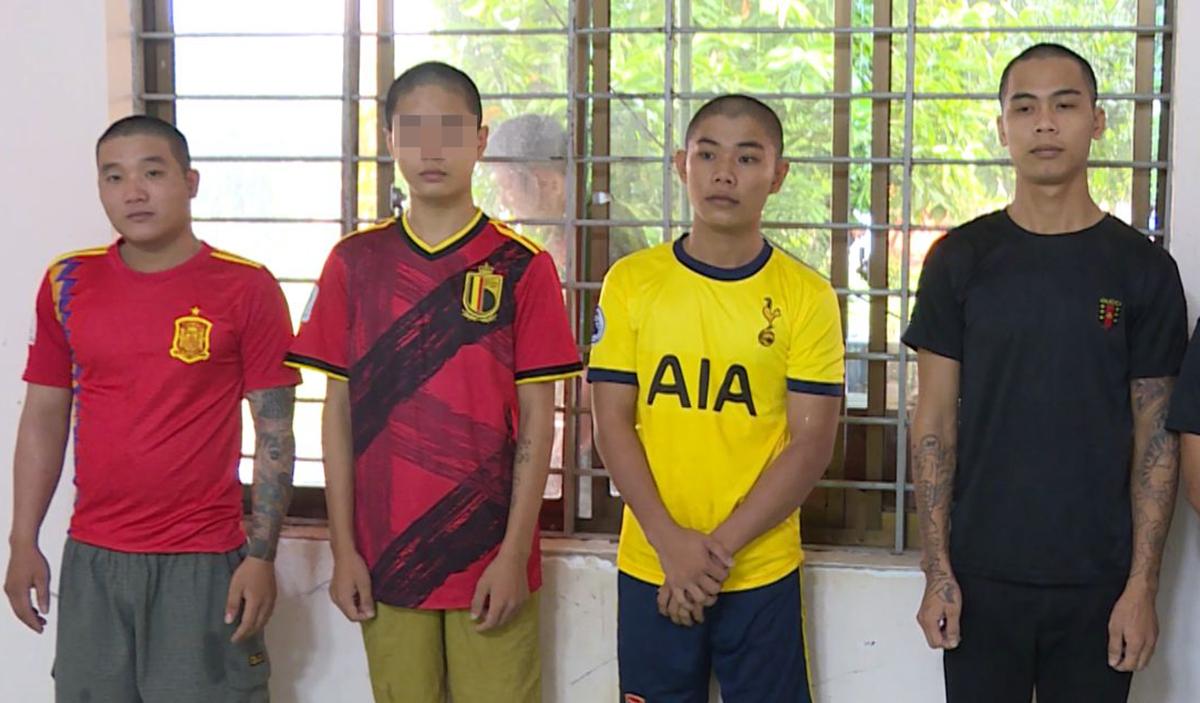 Bốn đồng phạm cùng Luân gây án tại Công an thị xã Phú Mỹ. Ảnh: Quang Bình.