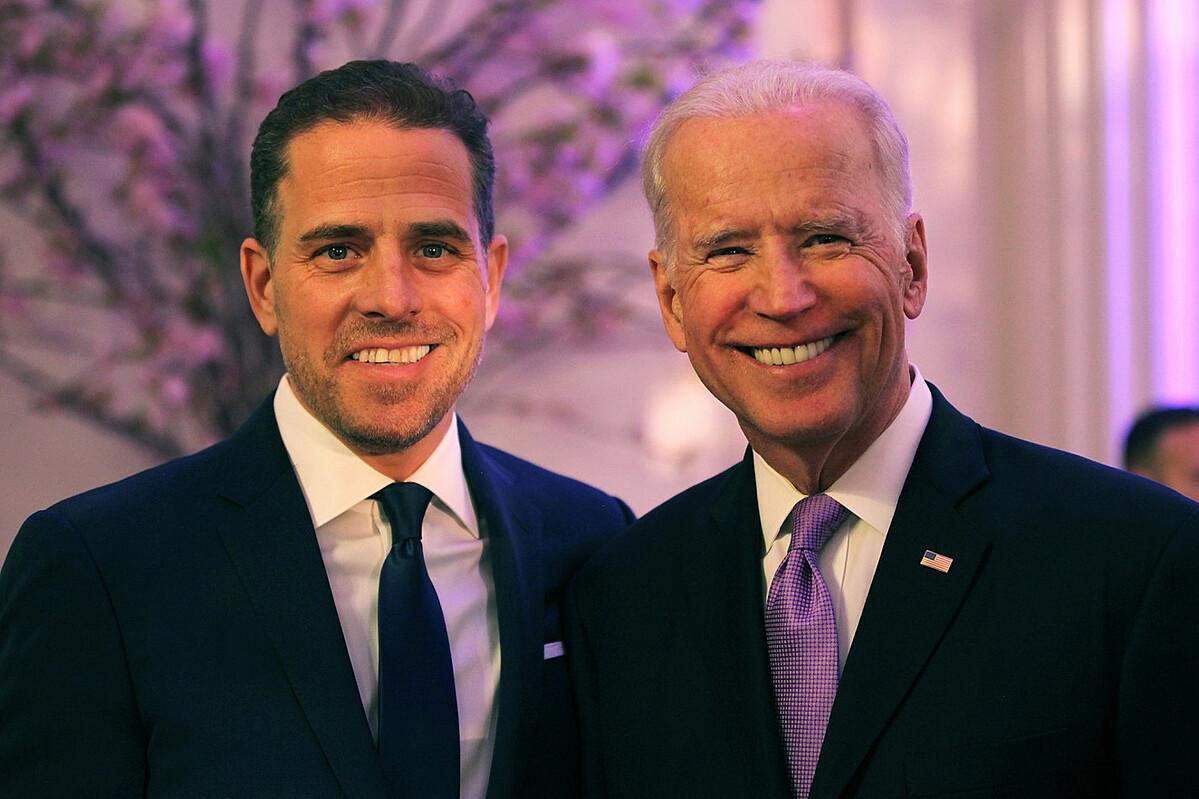 Ứng viên tổng thống đảng Dân chủ Joe Biden (phải) và con trai, Hunter Biden. Ảnh: Teresa Kroeger.