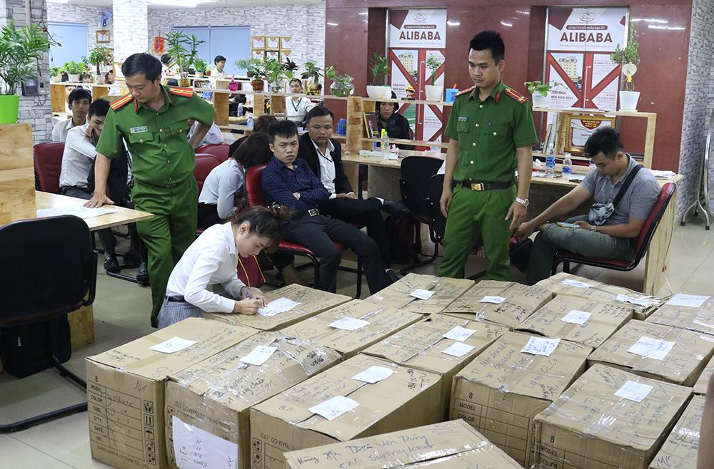 Cảnh sát khám xét công ty Alibaba vào năm ngoái. Ảnh: Công an cung cấp.