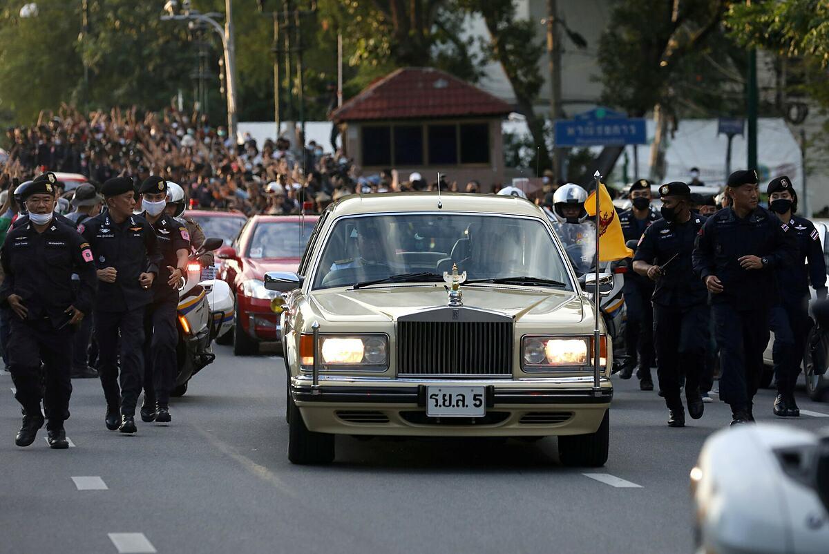 Đoàn xe hoàng gia Thái Lan đi qua đám đông biểu tình gần hoàng cung hôm 14/10. Ảnh: Reuters.
