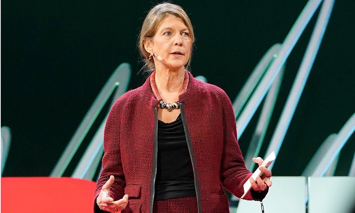 Tiến sĩ Herdi Larson tại buổi nói chuyện về vaccine của hội nghị TEDMED ở Massachusetts, Mỹ hồi tháng 3. Ảnh: TEDMED.