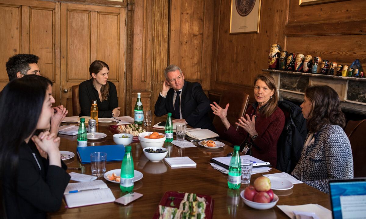 Tiến sĩ Larson (thứ hai từ bên phải) họp cùng nhóm nghiên cứu ORB International hồi tháng 1/2019. Ảnh: NYTimes.