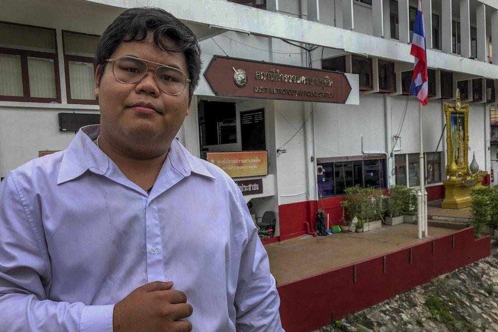 Nhà hoạt động Paothong Bunkueanum tạo dáng ngoài đồn cảnh sát ở Bangkok hôm 16/10. Ảnh: AP.