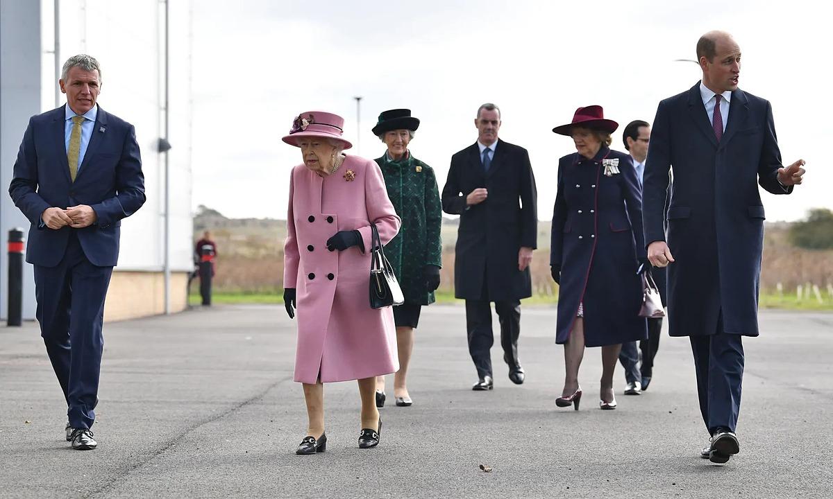 Giám đốc điều hành DSTL Gary Aitkenhead (trái) tiếp đón Nữ hoàng Anh cùng Hoàng tử William. Ảnh: Rex