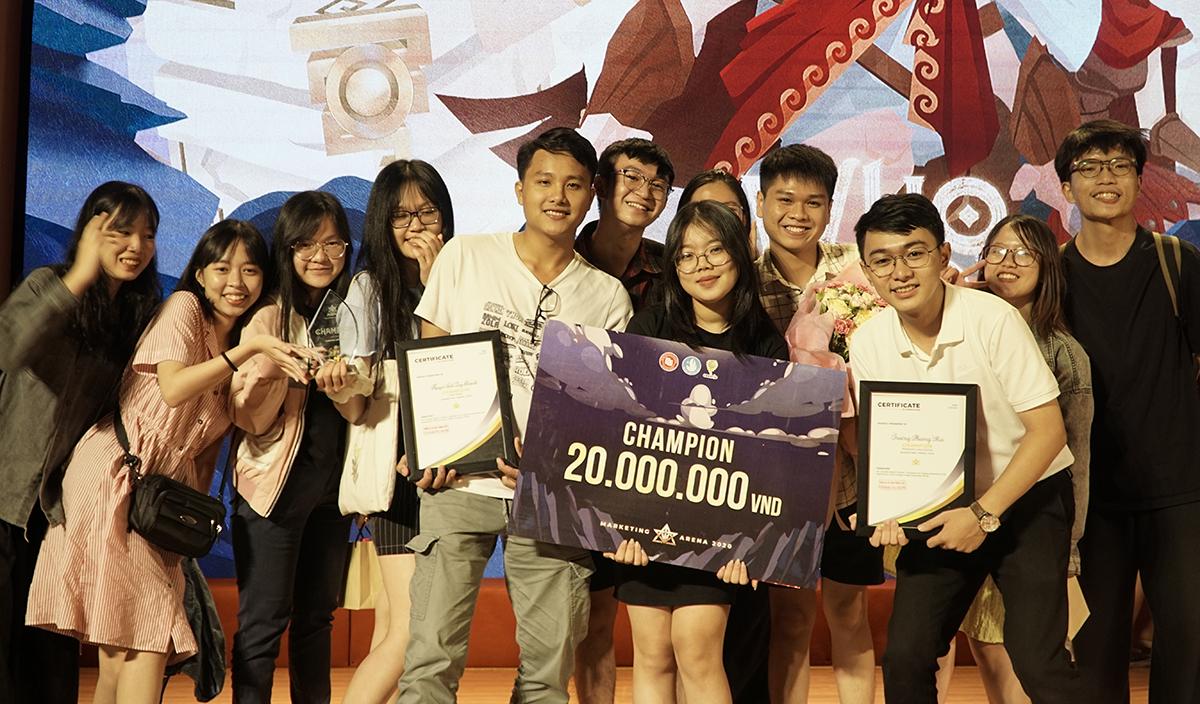 Đội đoạt giải vô địch nhận giải thưởng 20 triệu đồng. Ảnh: Linh Lê.