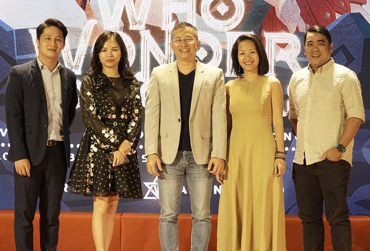 Ông Mai Thanh Việt - Đại diện NutiFood (đứng giữa) cùng ban giám khảo chấm điểm các đội thi trong đêm chung kết Marketing Arena 2020. Ảnh: Linh Lê.