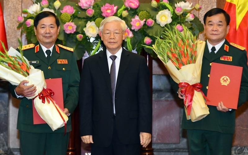 Tổng Bí thư, Chủ tịch nước trao quyết định thăng quân hàm cho Thượng tướng Lê Huy Vịnh (bìa phải) và Thượng tướng Hoàng Xuân Chiến (bìa trái). Ảnh: VGP