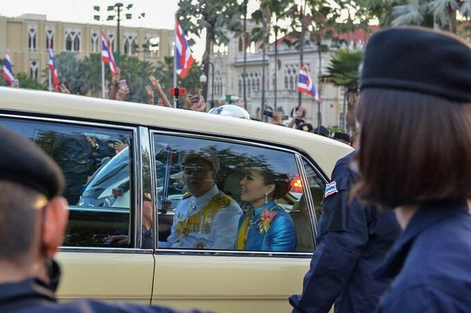 Hoàng hậu Suthida và Hoàng tử Dipangkorn Rasmijoti trên xe limousine đi qua đám đông biểu tình ở Bangkok chiều 14/10. Ảnh: AFP.