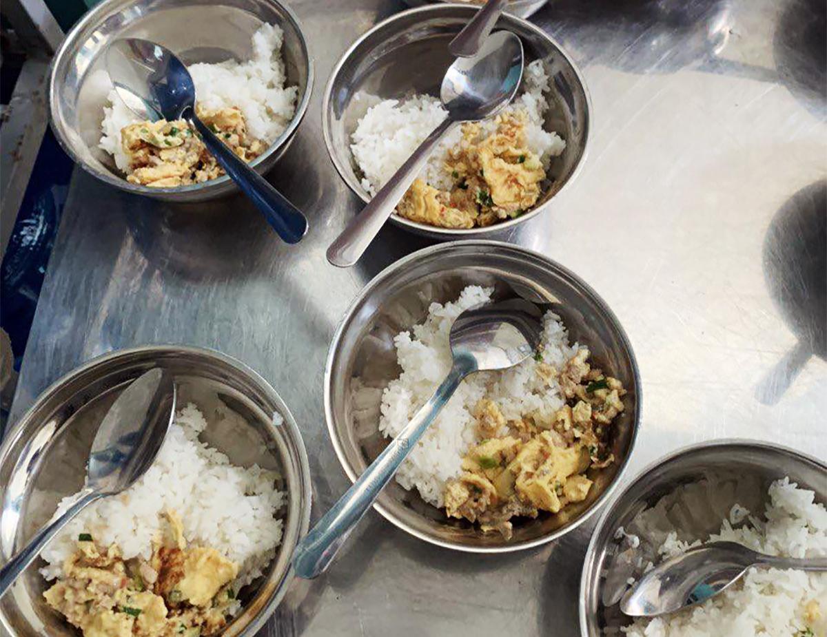 Bữa ăn trưa cho học sinh tại trường Tiểu học Phước Long ở Nha Trang, ngày 1/10. Ảnh: Phụ huynh cung cấp.