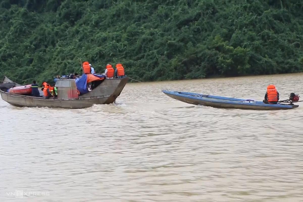 Lực lượng cứu nạn tiếp cận thuỷ điện Rào Trăng 3 bằng đường thuỷ. Ảnh: Quang Hà
