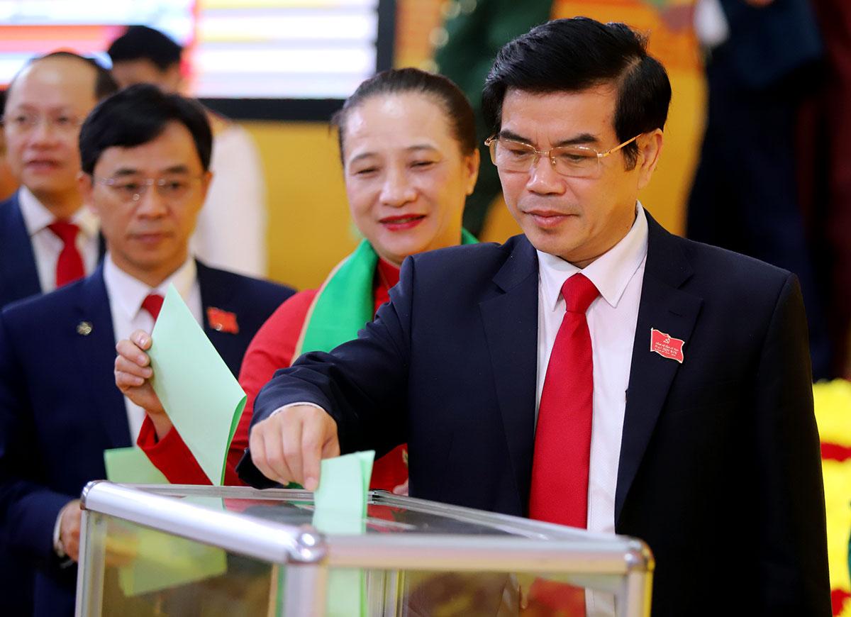 Đại biểu bỏ phiếu bầu các chức danh lãnh đạo chủ chốt của tỉnh. Ảnh: Đức Hùng