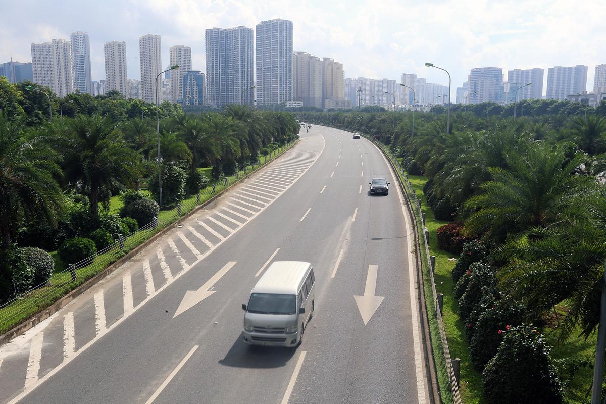 Dải phân cách Đại lộ Thăng Long được phủ xanh bởi nhiều loại cây. Ảnh: Ngọc Thành.