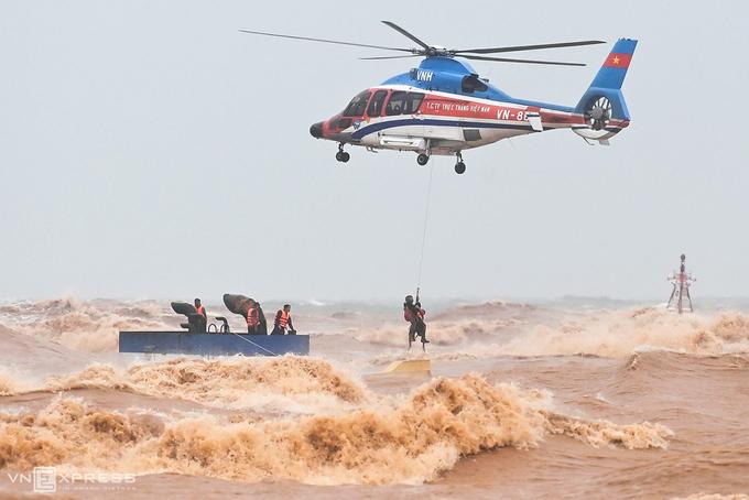 Trực thăng cứu nạn các thuyền viên sau 2 ngày nỗ lực nhưng không có kết quả của các ngư dân. Ảnh: Giang Huy