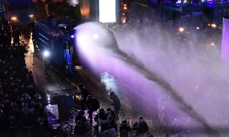 Cảnh sát Thái Lan dùng vòi rồng trấn áp biểu tình ở trung tâm Bangkok tối 16/10. Ảnh: AFP.