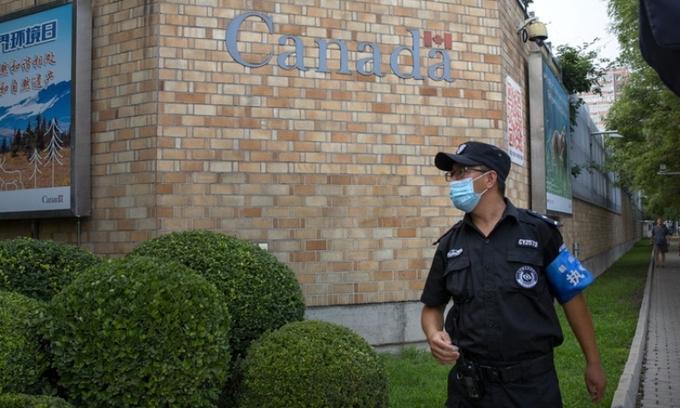 Nhân viên an ninh bên ngoài đại sứ quán Canada ở Bắc Kinh, Trung Quốc, hôm 6/8. Ảnh: AP.