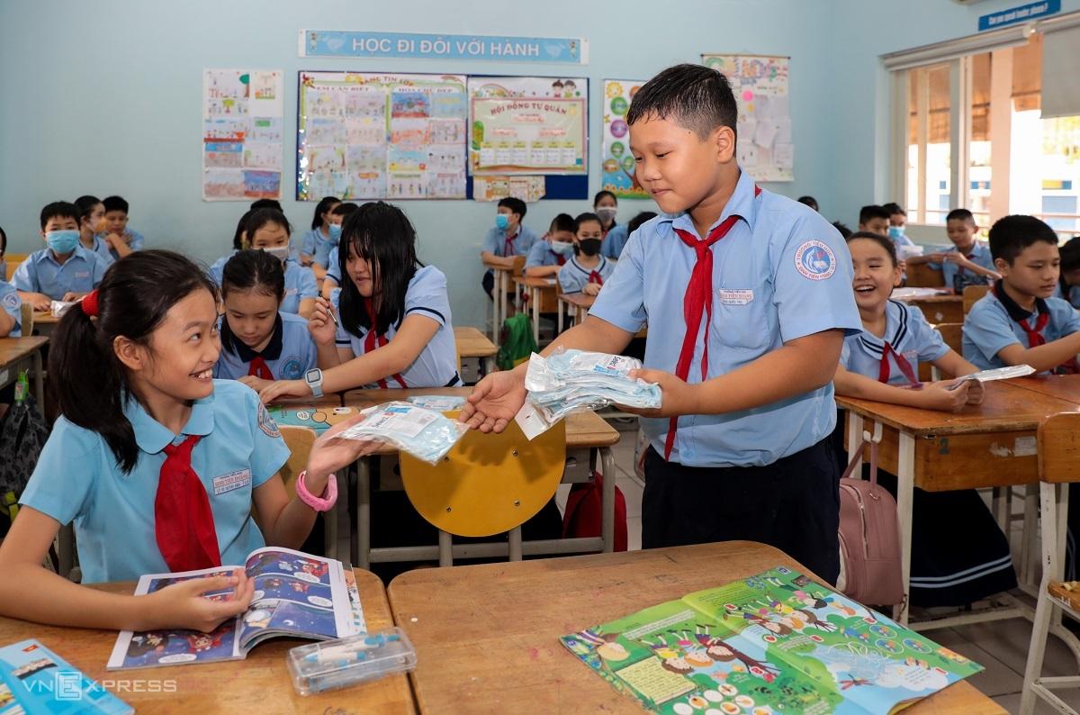 Học sinh trường Tiểu học Đinh Tiên Hoàng (TP HCM) trong ngày đầu trở lại trường hồi tháng 5, sau 3 tháng nghỉ chống Covid-19. Ảnh: Quỳnh Trần.