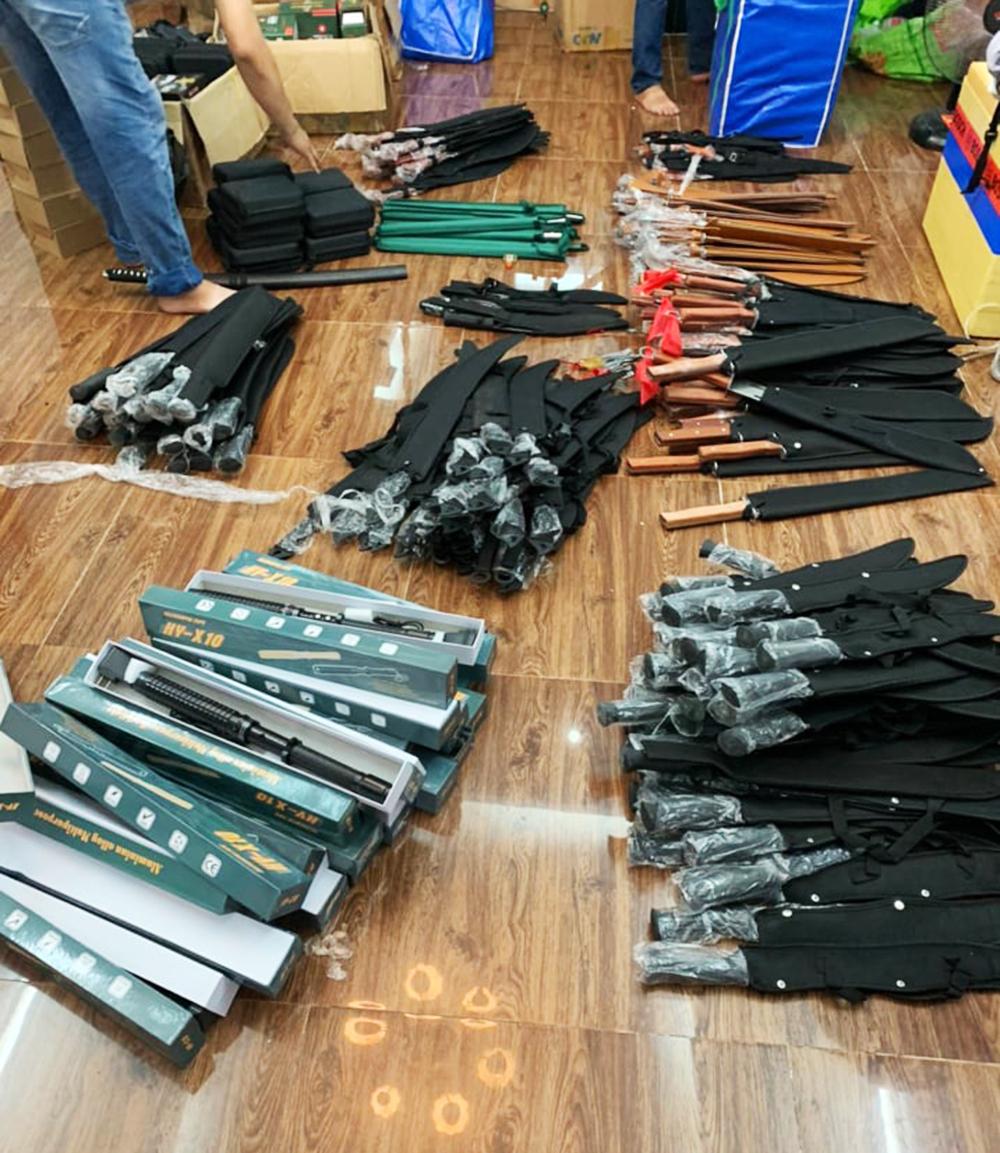 Hàng trăm mã tấu, roi điện... bị cảnh sát phát hiện trong nhà Minh. Ảnh: Công an cung cấp.