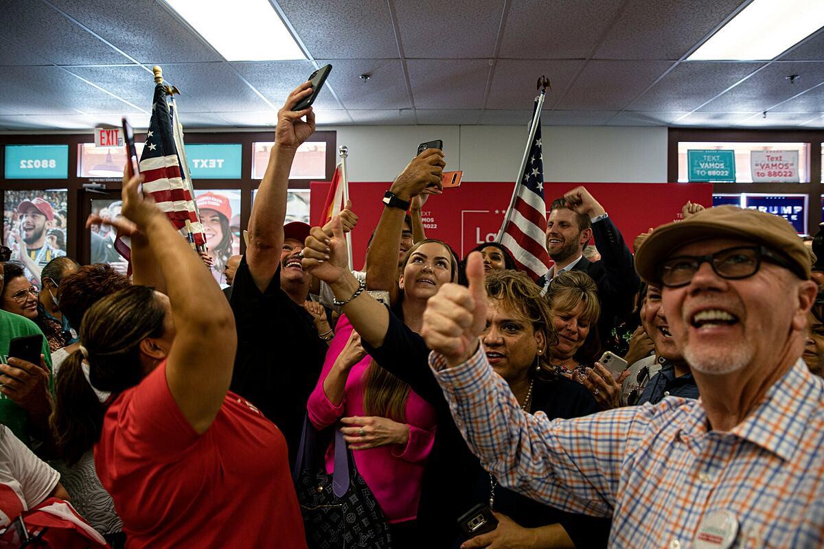 Cử tri tham gia sự kiện Người gốc Latinh ủng hộ Trump tại Arizona hồi tháng 9. Ảnh: NYTimes.