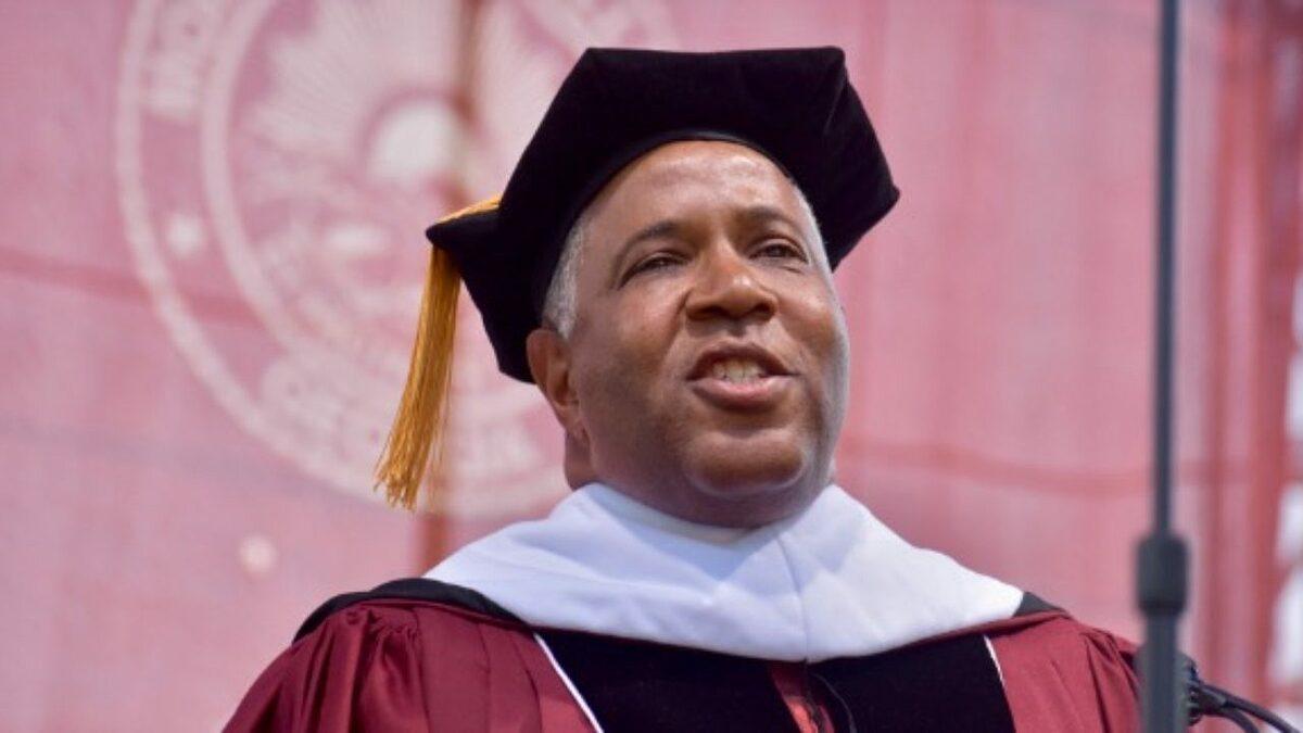 Tỷ phú Smith cam kết trả nợ cho 400 cử nhân tốt nghiệp tại cao đẳng Black Morehouse ở Atlanta hồi tháng 5/2019. Ảnh: Morehouse College/Twitter.