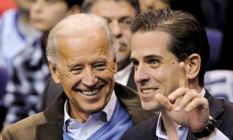 Joe Biden (trái) và con trai Hunter Biden đi xem một trận đấu bóng rổ ở Washington hồi năm 2010. Ảnh: Reuters.