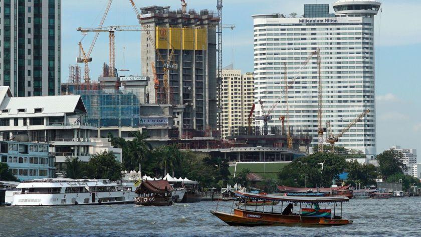 Các công trình đang được xây dựng dọc bờ sông Chao Phraya ở Bangkok, Thái Lan. Ảnh: AP.