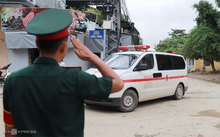Đồng đội chào điều lệnh khi đoàn xe chở thi thể nạn nhân đi qua, chiều 15/10. Ảnh: Nguyễn Đông